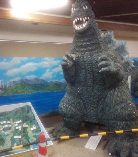来島海峡大橋を描いた絵画が野外活動センター管理棟事務所前へ